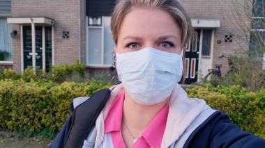Wijkverpleegkundige Eline weer aan de slag, wel met mondkapje en handschoenen