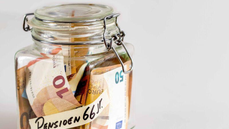 spaarpot met geld erin voor mensen hun pensioen