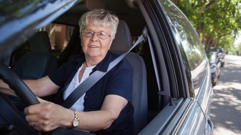 vrouw bestuurt auto